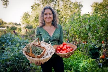 Leslie in the garden from www.lesliecerier.com